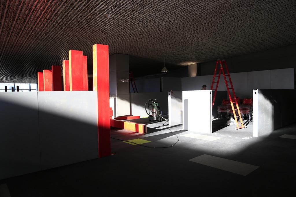 تصویری از آمادهسازی غرفههای بازار فیلم در پردیس چارسو