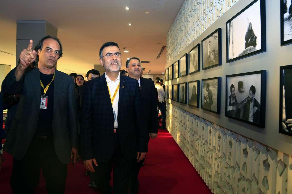 گزارش تصویری بازدید رییس سازمان سینمایی از نمایشگاه عکسهای فیلم گاو