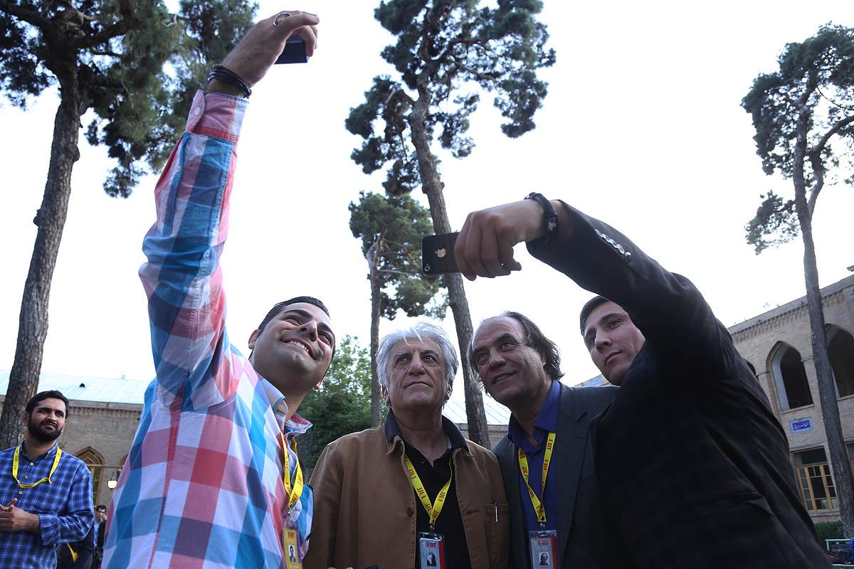 بازدید از دارالفنون/ عکس یادگاری با دبیر و مدیران جشنواره