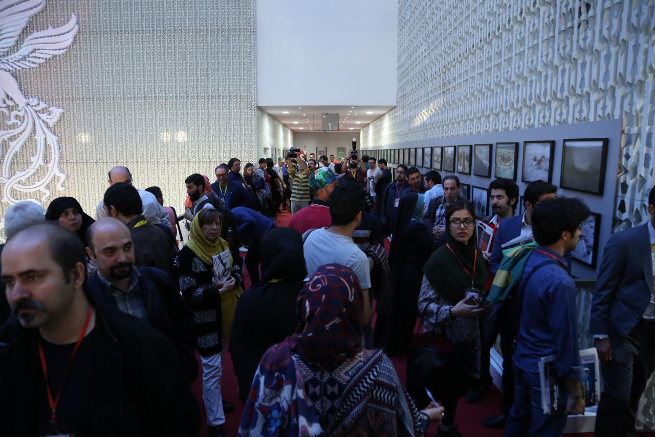 ازدحام برای نمایش «آدمکش»/ تعدادی از تماشاگران ایستاده فیلم را تماشا کردند