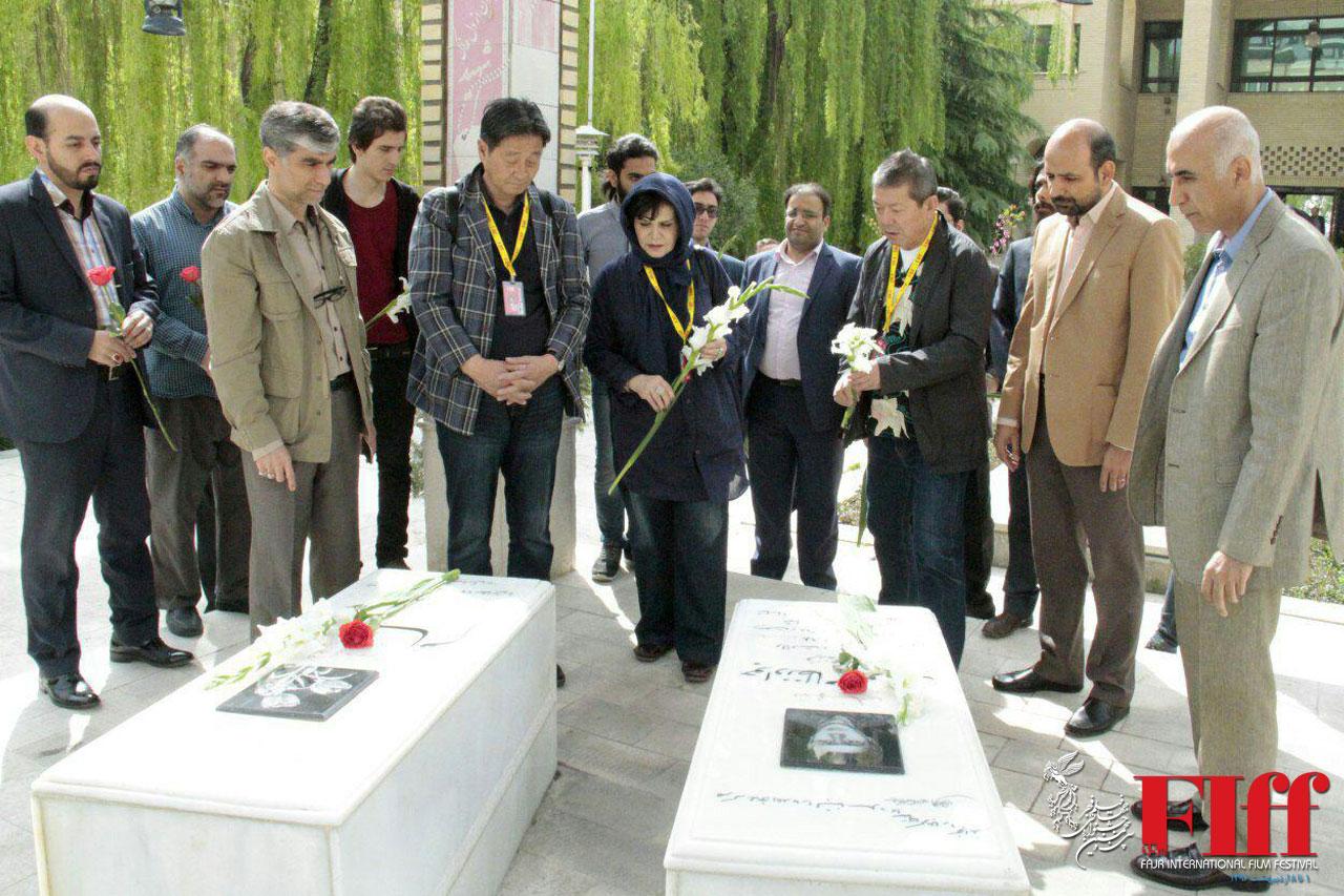 ادای احترام مهمانان جشنواره جهانی فیلم فجر به شهدای دفاع مقدس